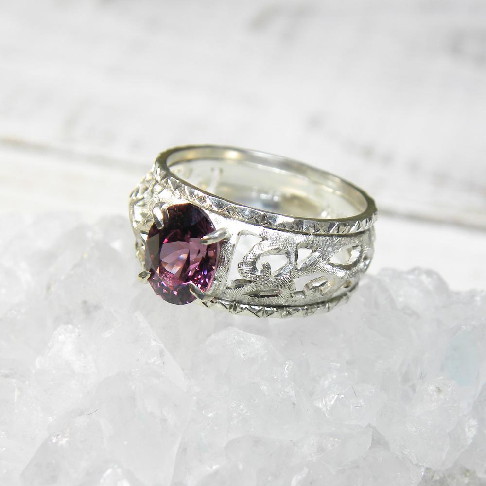 深いピンク色のガーネットのオリエンタルなリング