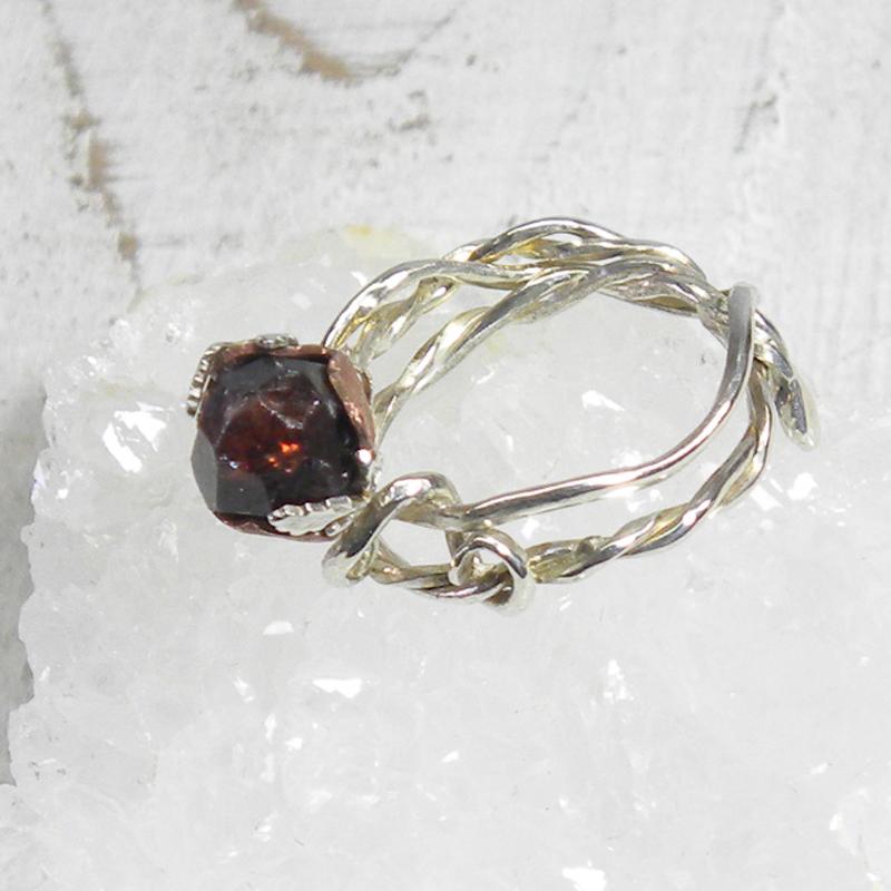 赤いつぼみのリング
