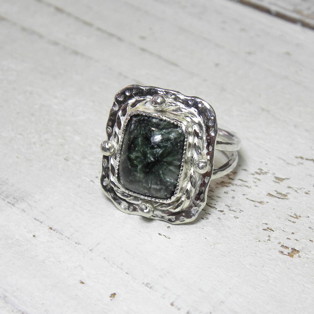 深いグリーンのセラフィナイトのリング